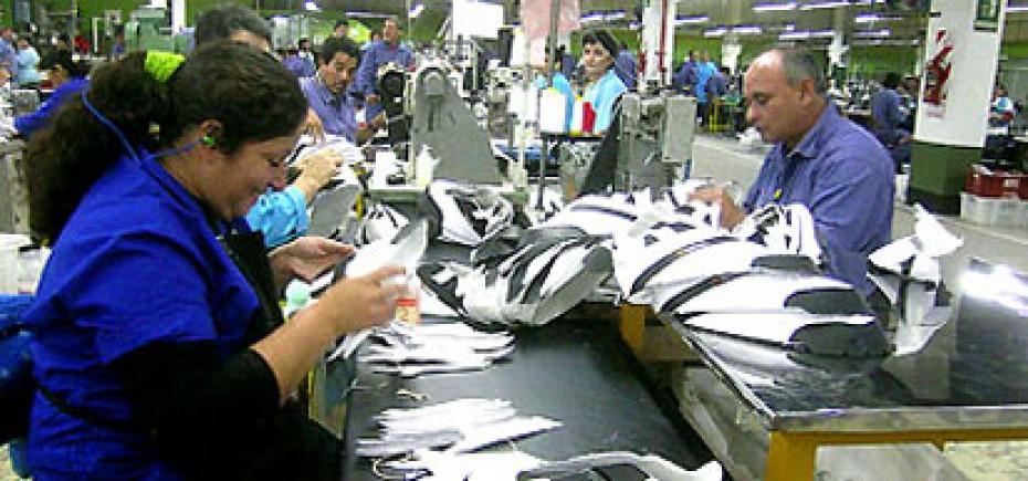 Los obreros de la fábrica Alpargatas en Tucumán están en alerta ante el ajuste que aplica la firma en La Pampa.