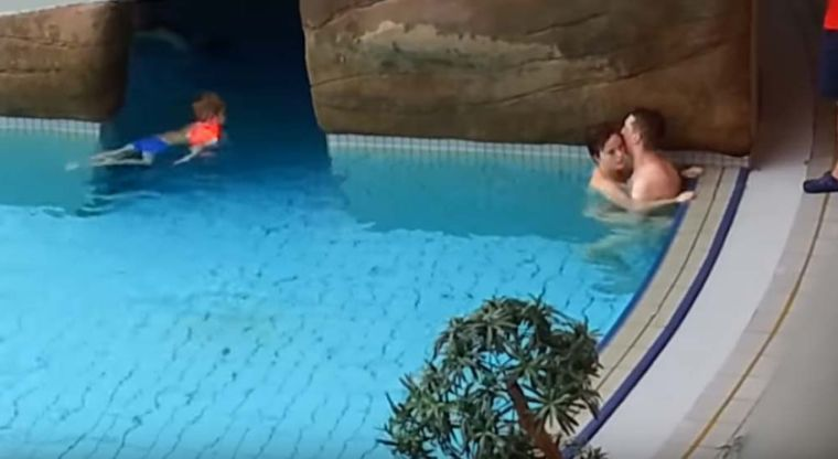 Flagra sexo en la piscina