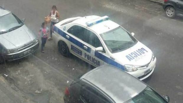 Policías usaron patrullero como delivery