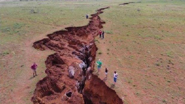 La tierra se abre en dos y aparece enorme grieta