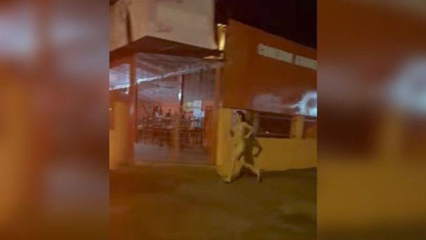 Corrió desnuda en plena calle para evitar que su novio se llevara el celular