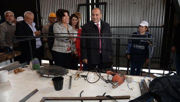Juan Manzur visitó un taller de herrería comunitario en Barrio Piedra Buena