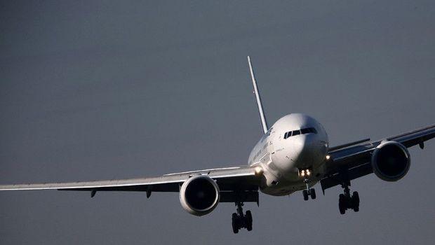 Un avión de pasajeros es alcanzado por un rayo en pleno vuelo