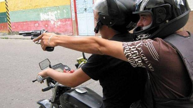Fue baleado por la espalda por motochorros frente a su esposa e hijas