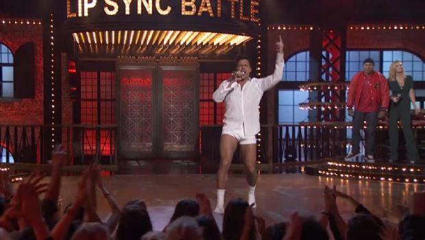 El baile de Ricky Martin en calzoncillos e imitando a Tom Cruise hace furor