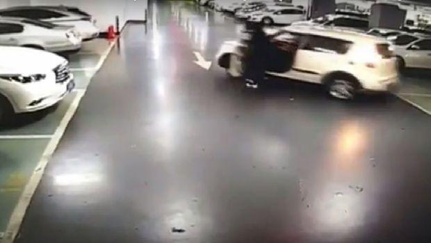 China: Mujer es Atropellada por su propio coche