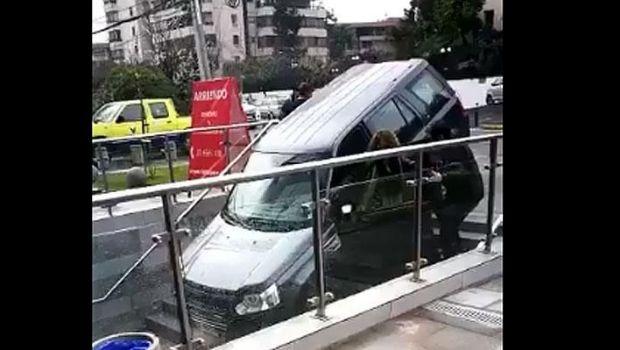 Mujer confunde entrada a edificio con la de estacionamiento