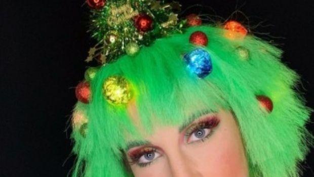 Árboles de Navidad en la cabeza y también brillos en la barba