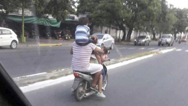 Circulaba en una moto con un chico en los hombros y la foto se viralizó
