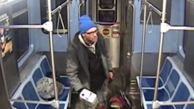Un vagabundo se prende fuego en un tren de Chicago mientras es detenido por dos policías