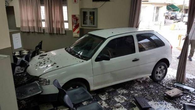 Le cortaron la luz y furiosa les rompió la oficina con el auto