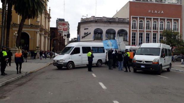 """Transportistas de """"viajes ocasionales"""" reclaman en plaza Independencia"""