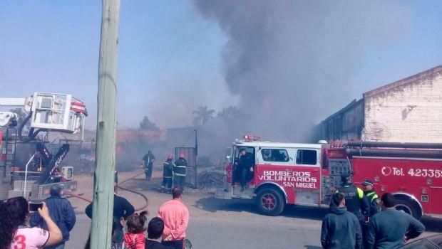 Se incendió nuevamente el depósito de tarimas del barrio Los Pinos