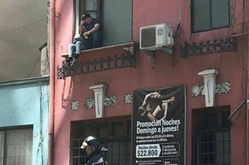 Se incendió un hotel de alojamiento y escaparon por la ventana