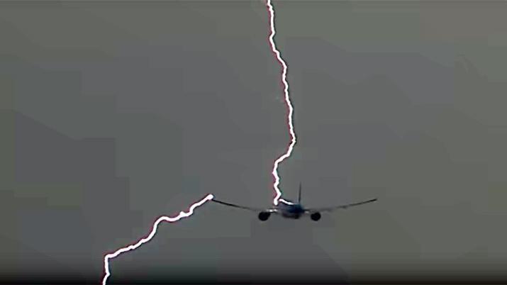 Un rayo golpea a un avión en pleno ascenso