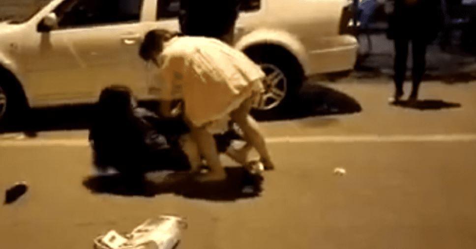 Mujer golpea e intenta desvestir a la amante de su esposo
