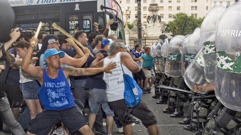 Ordenan detener a dos manifestantes y un policía — Incidentes en Congreso