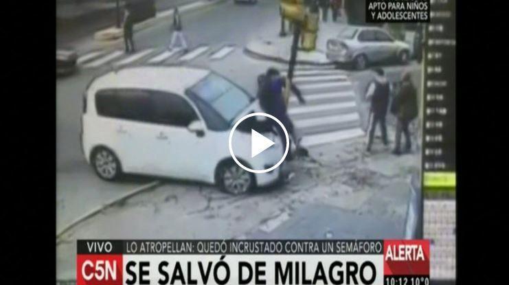 Impresionante: un auto se subió a la vereda y atropelló a peatón
