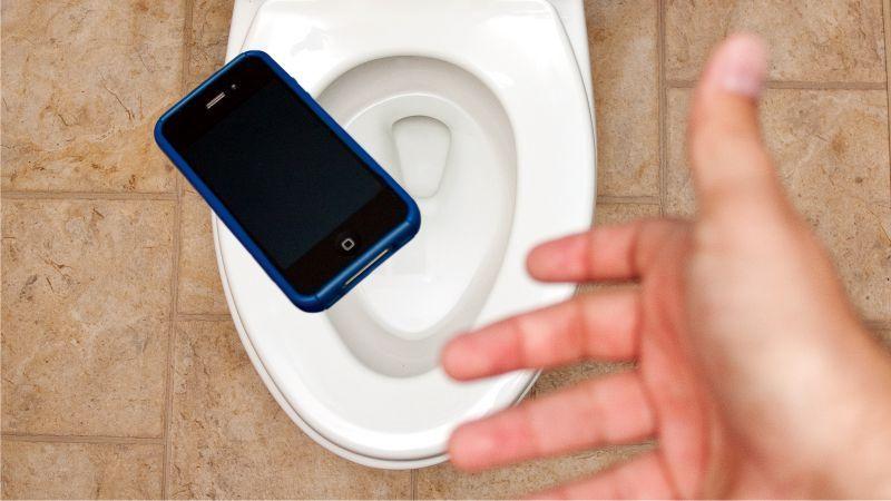 d2aa3f1bd59 Qué hacer si el celular se te cae al inodoro o se moja? - Tucumán a ...