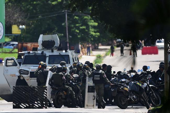 Se rebela a Maduro militar venezolano