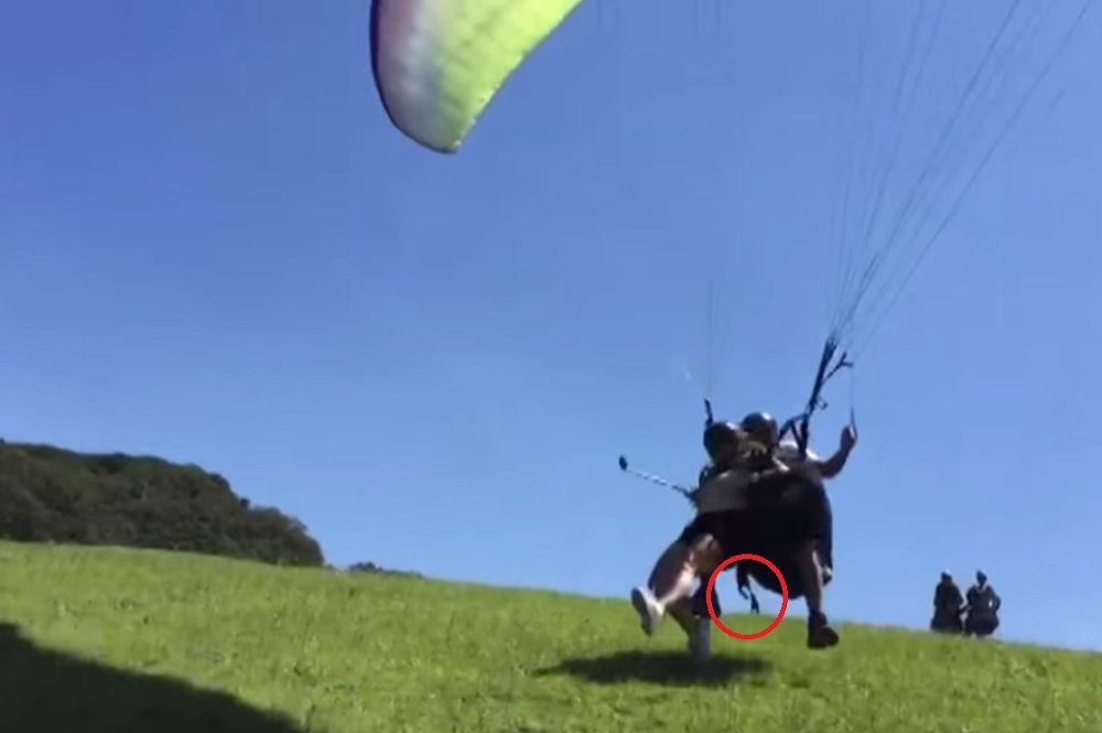 Realizaba un vuelo biplaza en parapente, cayó al vacio y murió