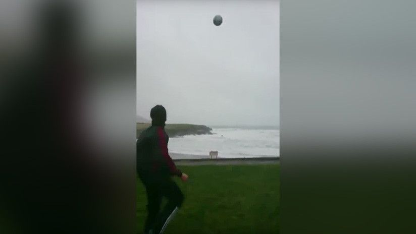 Así desafía un futbolista al huracán Eleanor con una pelota — YouTube