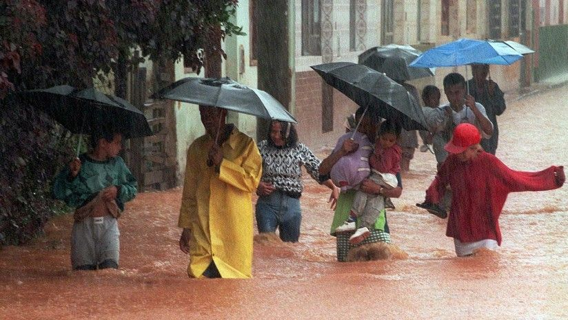 Queda atrapada en su auto inundado durante una tempestad