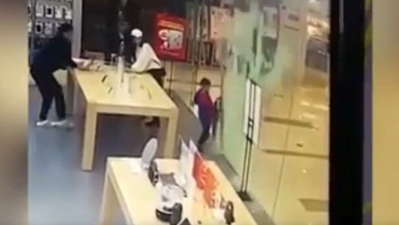 Puerta de iStore se destroza sobre niño de 4 años