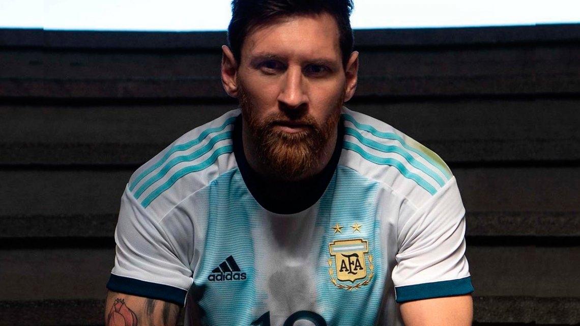 72fcad5aa44cd 2 fotos. Messi presentó el nuevo modelo de la camiseta de la Selección  Argentina