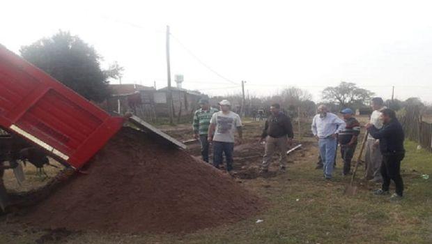 Construyen una casa pre fabricada para una mujer que vivía en una carpa con sus hijos